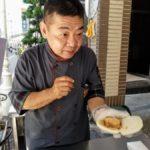 【高雄 刈包】ビル前の台湾風ハンバーガー店「鼎新刈包」〜小路散策で出会う高雄グルメ